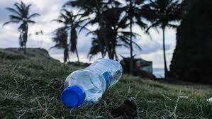 Statie geld op plastic flessen